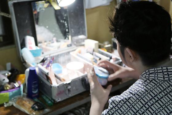 正解は右が海斗さん、左が大空海さんの化粧前でした。メイクの準備をする大空海さん。