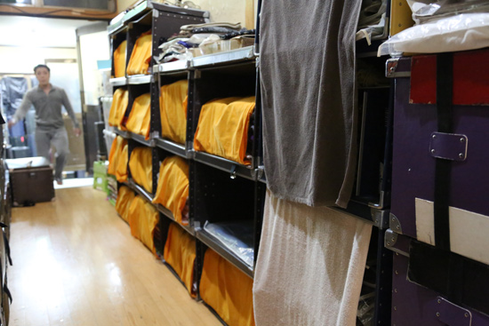 仮設のタンスとして利用される衣装箱です。●きれいに使っていただいています。●おや、誰かがやって来ましたね。