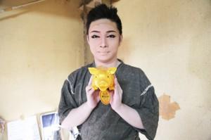 浅井海斗さん。手にしているのは「金の豚」。海斗さんの元気の源だそうです。