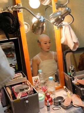 鏡の中の藤むらさき座長すでに凛々しい男役の雰囲気が漂います。