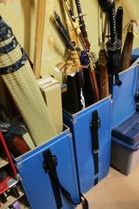 楽屋のすみにある刀箱。刀や傘、ござ…本当に種類が多いです。